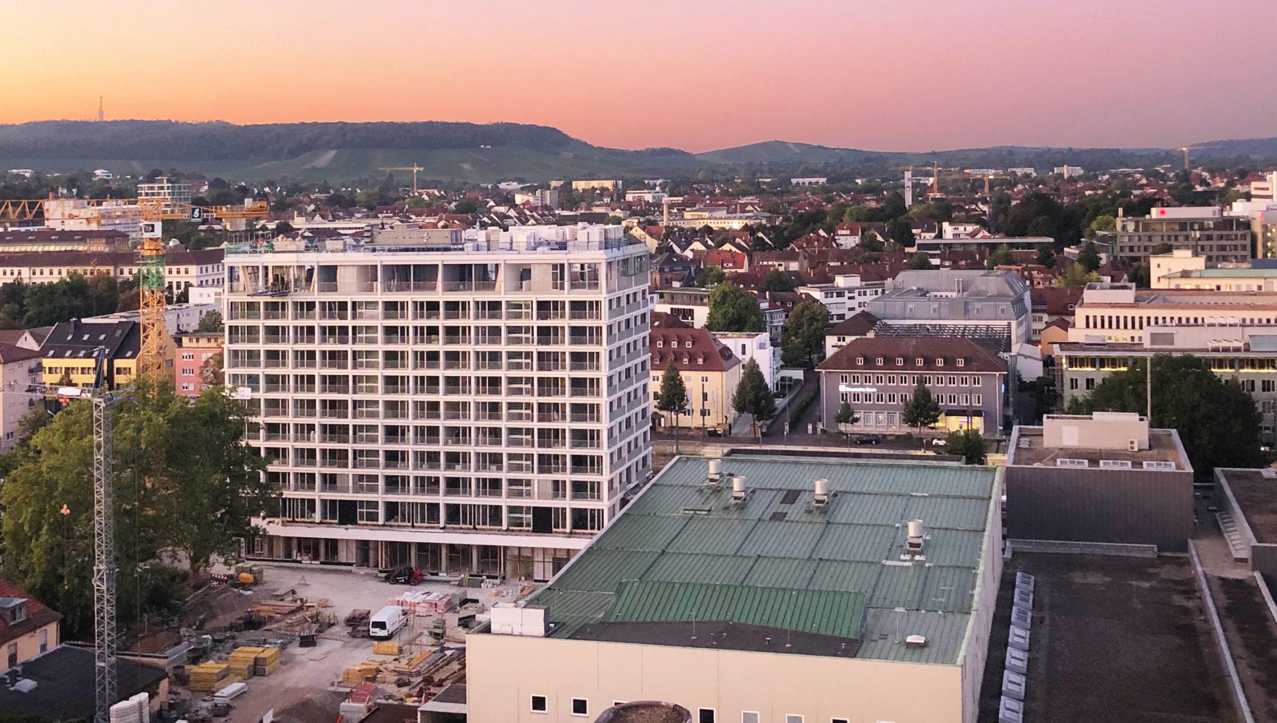 Das Ensemble aus Hotel und Stadthalle in zentraler Lage im Stadtgarten mit Ausblick auf die Weinberge