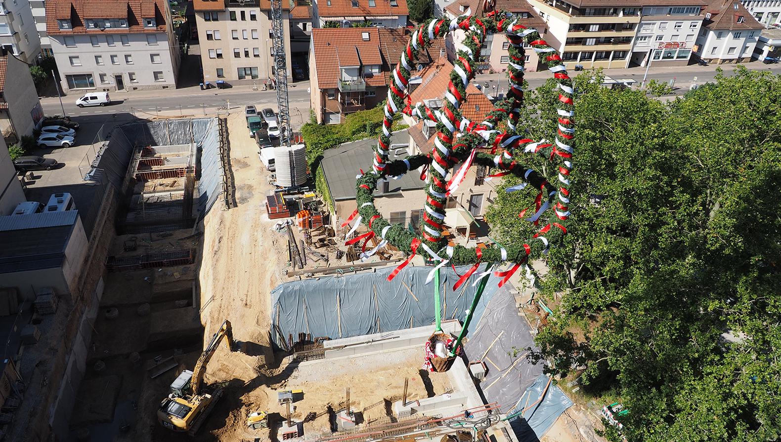 Der Richtkranz –im Hintergrund wird noch die Zufahrt der Hotelgarage gebaut