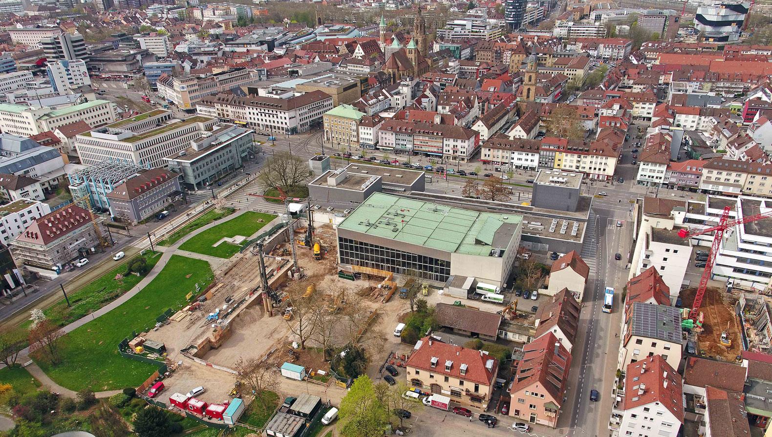 Die Baustelle im April 2018 mit Blick auf den Stadtgarten und die Innenstadt von Heilbronn
