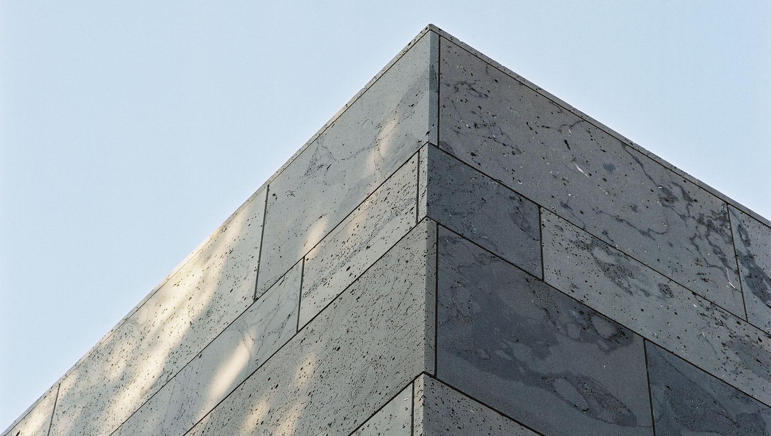 Fassade aus Basaltlava